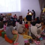 【画像】ボランティアのみなさんによる読み聞かせ。多くの子どもたちが毎回集まります。